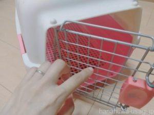 うさぎ用キャリーは給水ボトルが設置で長時間の移動も安心